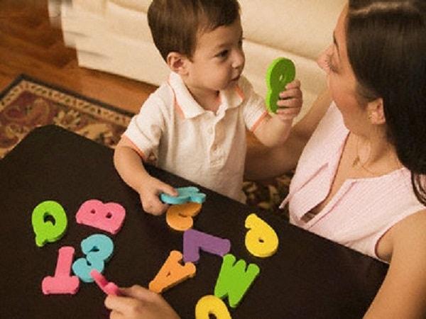 Làm gì để bé chậm phát triển trí tuệ phát triển được khả năng ngôn ngữ?