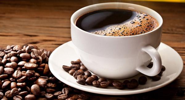 phu-nu-mang-bau-khong-uong-cafe