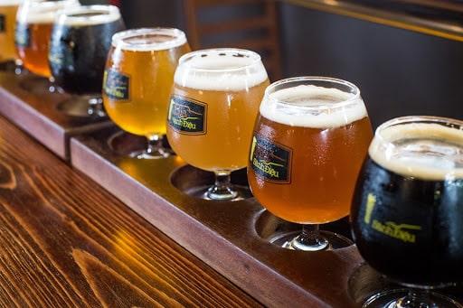 Cách rót bia ảnh hưởng rất lớn tới hương vị bia