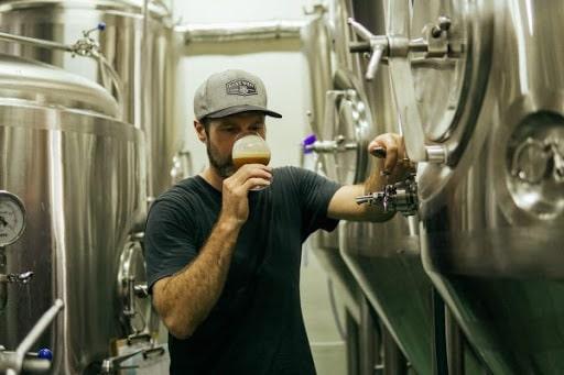 Uống bia từng ngụm nhỏ và cảm nhận mùi vị