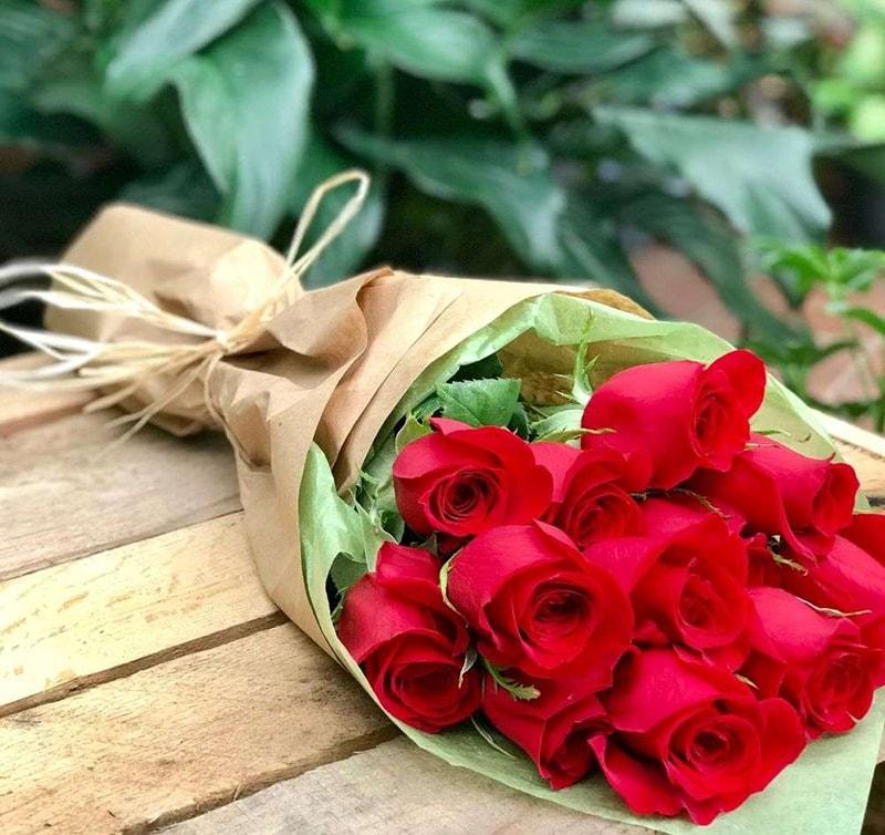 Nên tặng hoa hồng để chúc mừng mẹ tròn con vuông