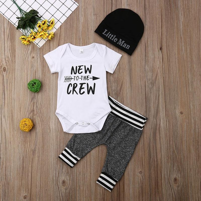 Bạn cũng có thể tặng quần áo cho trẻ để chúc mừng mẹ tròn con vuông